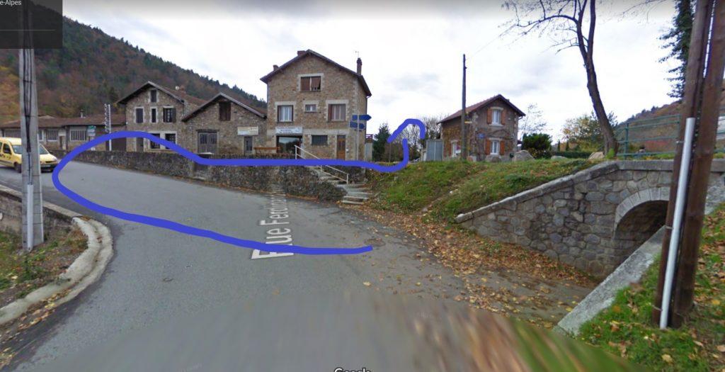 Dans le tournant de la rue Frédéric Nodin, vous devez faire un demi-tour pour aller dans la rue surélevée qui est en face de vous
