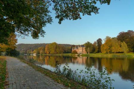 Eurovélo 5 et Eurovélo 19 dans la vallée de la Meuse en Wallonie, Belgique. En Automne.